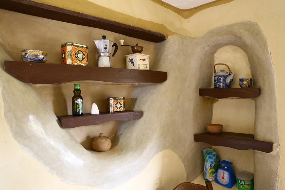 Imagini pentru Casa ecologică din Bistriţa. A fost construită de doi fraţi din: lemne, paie şi muşchi de copac